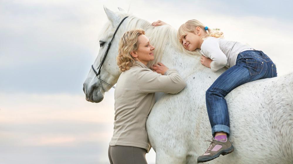 Žena a dítě s koněm